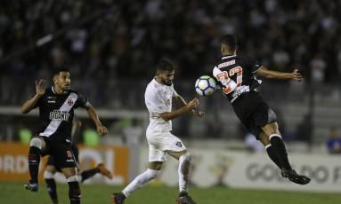 Quem é que sobe? Henrique e Andrés Ríos disputam a bola com o tricolor Jadson Foto: ANTONIO SCORZA / Agência O Globo