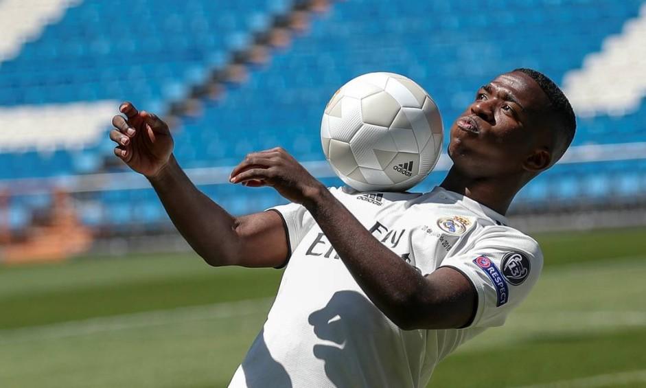 Vinícius Jr mostra habilidade em apresentação no Real Foto: SUSANA VERA / Reuters
