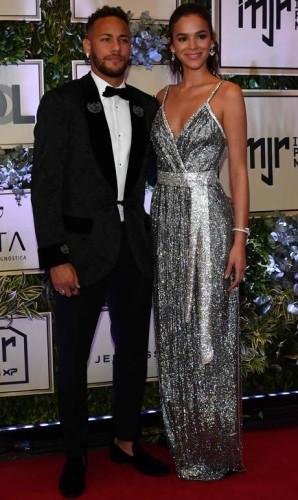 Mesmo sem o caneco nas mãos, Neymar conseguiu reunir uma turma de peso, na noite da última quinta-feira, no leilão beneficente do instituto que leva seu nome. O craque chegou à festa acompanhado da namorada, a atriz Bruna Marquezine Foto: NELSON ALMEIDA / AFP