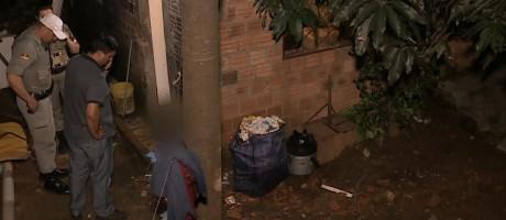 Policiais fazem perícia da cena do crime Foto: Reprodução / TV Globo