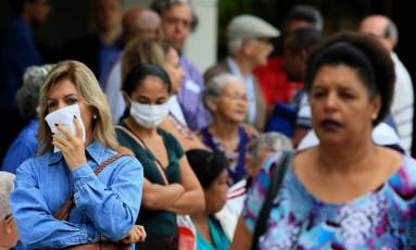 Milhares de idosos, além de trabalhadores da saúde e pessoas com doenças cardíacas e respiratórias graves, formaram filas que deram a volta nos quarteirões em busca da vacina contra a gripe H1N1 na Grande Goiânia, em abril. As doses começaram a ser aplicadas as 8h da manhã, oito dias antes do lançamento da mobilização do Ministério da Saúde, no dia 16 de abril Foto: Claudio Reis/Eleven / Agência O Globo/16-04-2018
