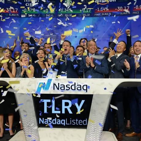 Presidente da Tilray, Brendan Kennedy, deu o toque final na Nasdaq para concluir o primeiro dia de negociação da empresa no mercado de ações nos Estados Unidos Foto: Facebook (Tilray) / Reprocução