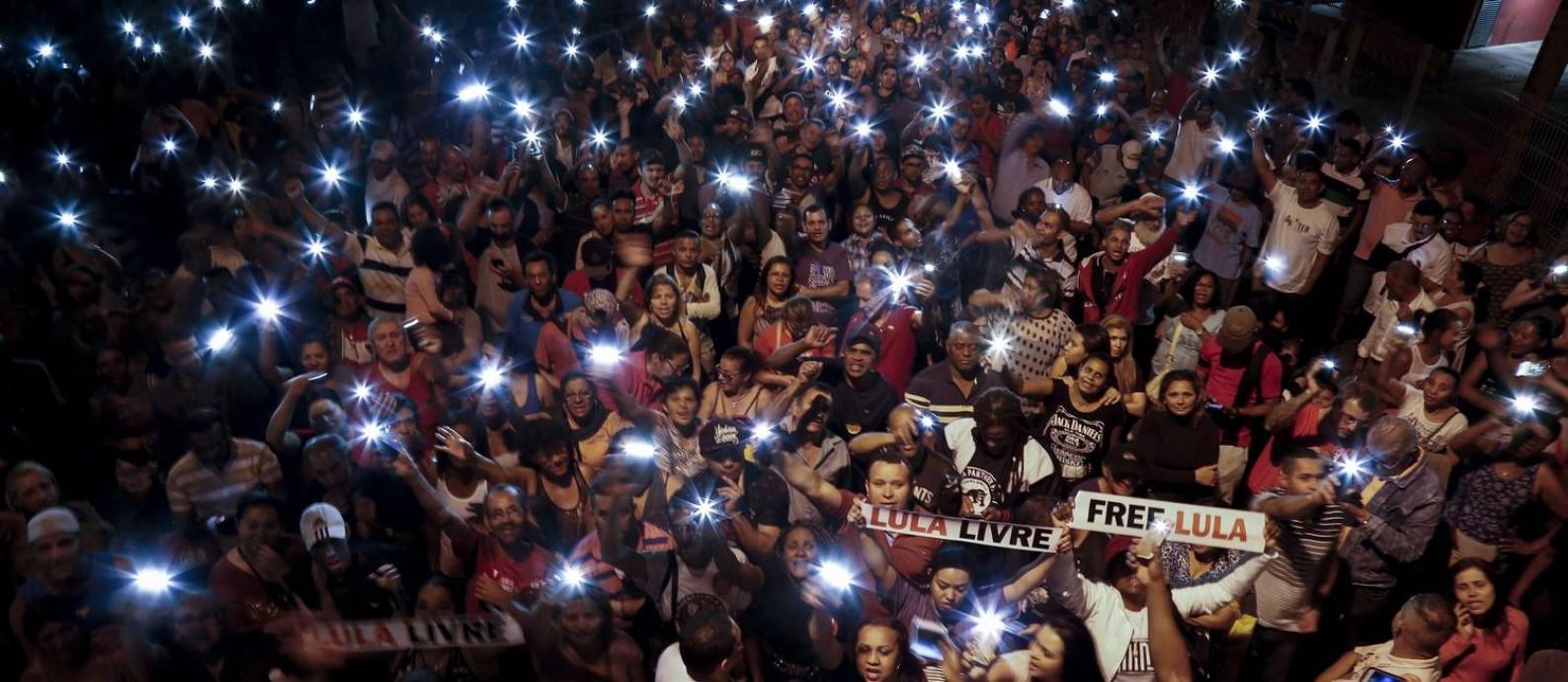 Multidão em vigília em São Bernardo do Campo, no dia em que Lula viveu