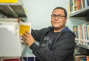 Dorival Santos aprendeu a ler com livros que a mãe tirou do lixo e lembrou que colegas zombavam dele por usar roupas recicladas Foto: Eduardo Valentes / Agência O Globo