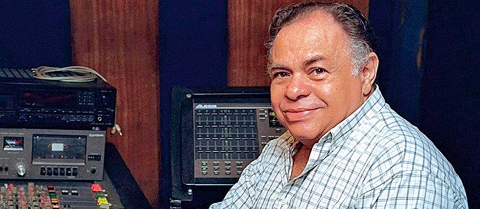 William Luna na mesa de gravação de seu estúdio, por onde passaram nomes como Cartola e Moraes Moreira Foto: Marcelo Sayão / Agência O Globo