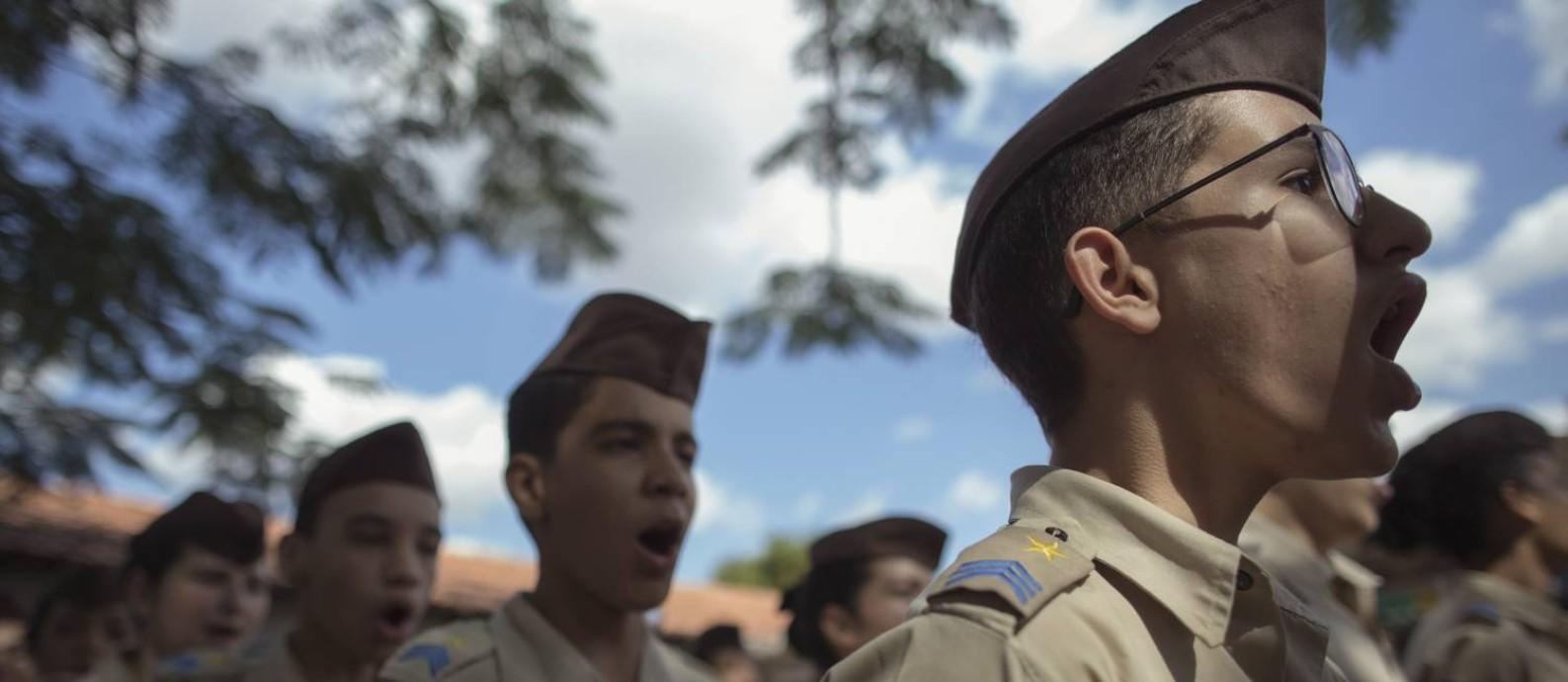 O dia nos colégios geridos pela Polícia Militar começa com gritos de  guerra 0087ba3558be9
