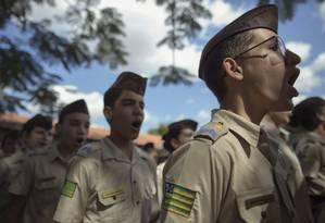 O dia nos colégios geridos pela Polícia Militar começa com gritos de guerra, hasteamento da bandeira brasileira e o Hino Nacional Foto: Daniel Marenco / Agência O Globo