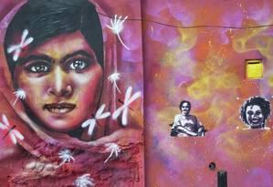 Mural no Catete: Malala (à esquerda), Maria da Penha e Marielle Foto: Emily Almeida / Agência O Globo