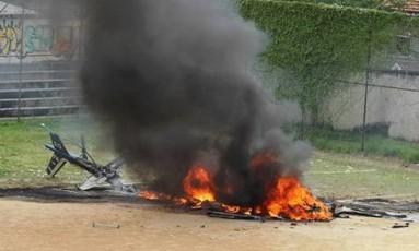 Traficantes derrubam o helicóptero da polícia no Morro dos Macacos em 2009 Foto: Fabiano Rocha / Arquivo O Globo