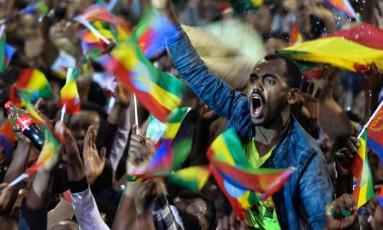 Multidão celebra durante evento realizado para presidente da Eritreia, Isaias Afeworki, em Addis Abeba, a capital de Etiópia Foto: MICHAEL TEWELDE / AFP