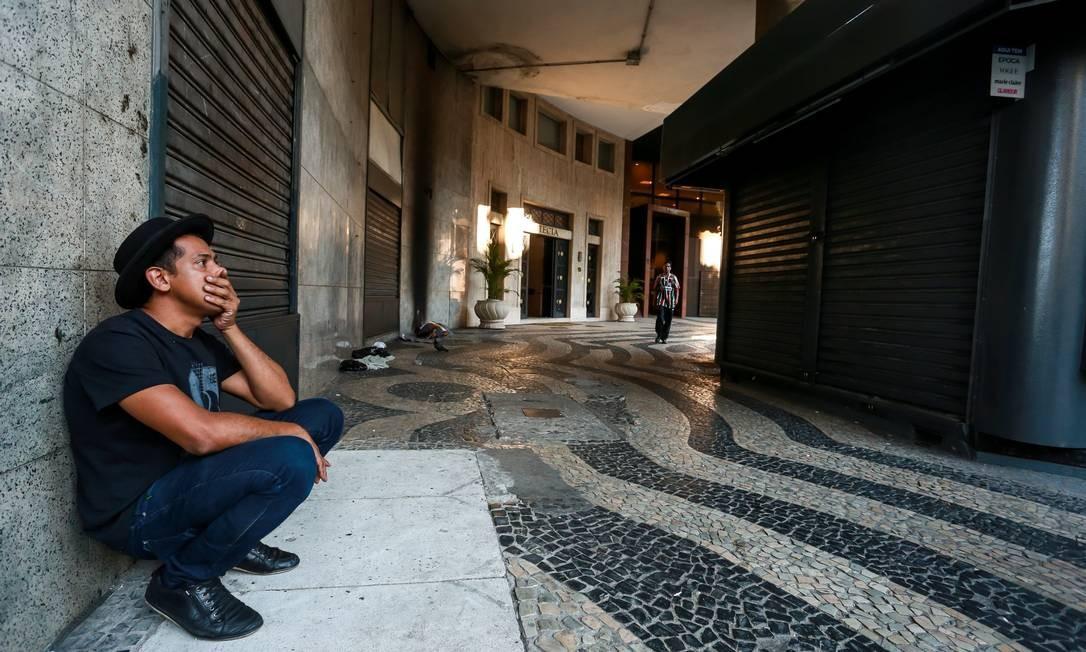 Hoje Adilson é diretor teatral do CCBB, que fica em frente à Igreja da Candelária Foto: Marcelo Regua / Agência O Globo