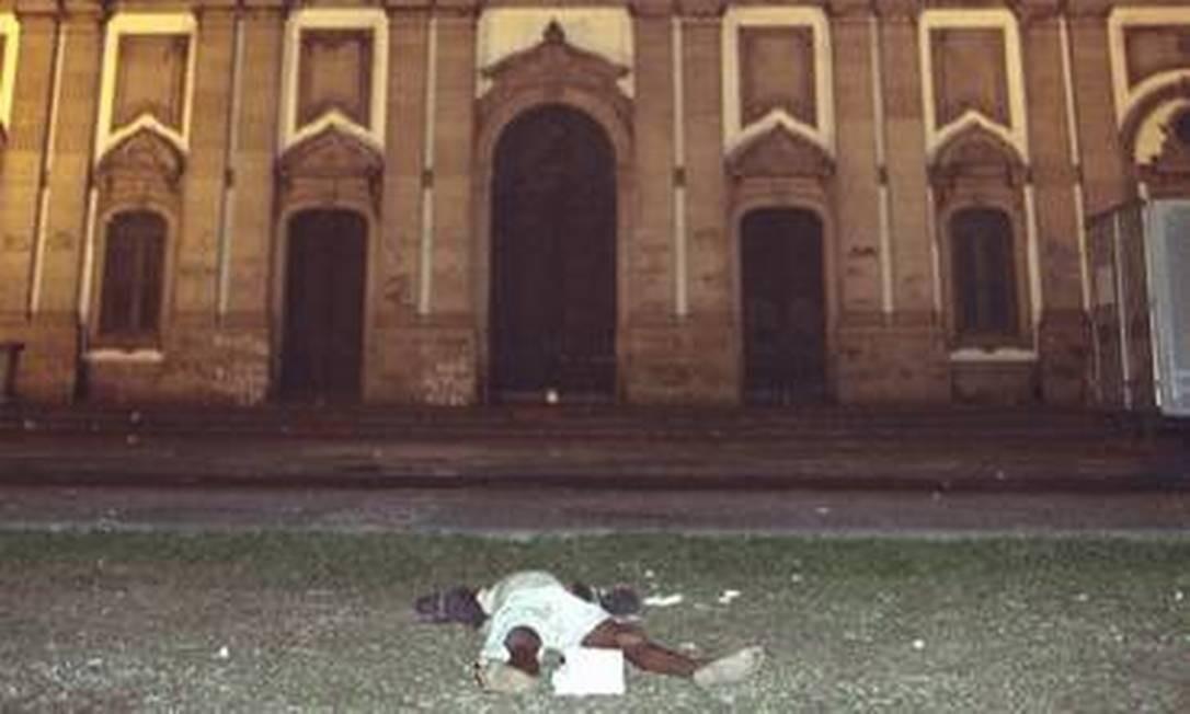 Corpo de um dos sete menores de ruas mortos durante a chacina, que ocorreu em 1993 Foto: Antônio Nery / Arquivo O Globo