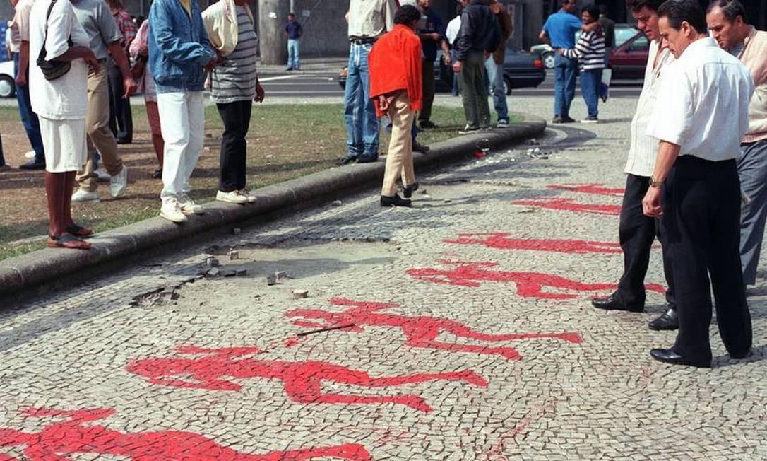 Após o crime, pinturas que reproduziam as posições dos corpos foram pintadas na calçada da igreja Foto: Jorge William / Arquivo O Globo