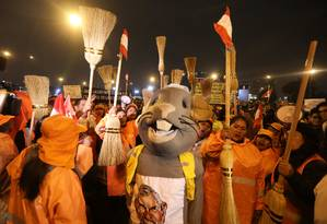 Trabalhadorees se vestem de ratos e usam vassouras para protestar contra corrupção em Lima Foto: MARIANA BAZO / REUTERS