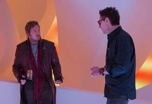 James Gunn, à direita, dirige Chris Pratt no papel de Peter Quill em 'Guardiões da galáxia vol. 2
