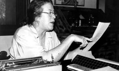 Hilda Hilst em 1998: autora se isolou na Casa do Sol, chácara em Campinas, para escrever Foto: Roberto de Biasi / Agência Estado