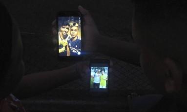 Fãs. O meia bomba entre os jovens do clube Foto: O Globo / Stéfano Salles