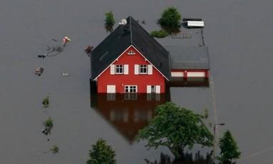 Uma região inundada na Alemanha: mesmo com acordos climáticos, países não contribuem financeiramente como deveriam Foto: THOMAS PETER/Reuters/4-12-2013