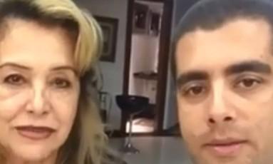 RI Rio de Janeiro (RJ) 18/07/2018 O médico Denis Furtado e a mãe, Maria de Fátima, em vídeo publicado no Facebook dele. Foto: Agência O Globo