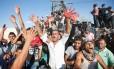 Palestinos potestam com mãos ensaguentadas em posto do Hamas após bombardeio israelense Foto: SAID KHATIB / AFP