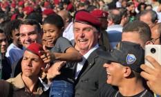 Jair Bolsonaro e Flávio Bolsonaro na solenidade de militares Foto: Reprodução/Facebook