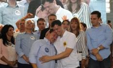 Índio da Costa abraça seu candidato a vice, Zaqueu Teixeira, durante a convenção do PSD Foto: Alessandro Costa / Divulgação
