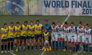 Neymar e o filho Davi Lucca possam com times femininos durante o evento do Instituto Neymar Jr. Foto: Miguel Schincariol / AFP