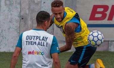 Neymar tenta o drible sobre adversário durante torneio de peladas do qual é padrinho, disputado em Praia Grande, São Paulo Foto: MIGUEL SCHINCARIOL / AFP