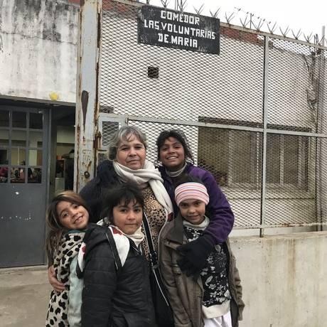 Susana Melgarejo recebe crianças na porta do refeitório que fundou em 2002 em San Miguel: 'Não me meto em política, mas sei da vida real. Continuamos no mesmo buraco' Foto: Agência O Globo
