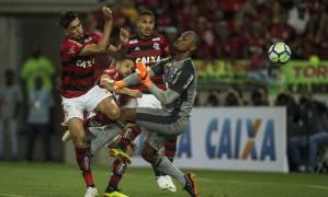 Lucas Paquetá se antecipa a Jefferson para marcar o segundo do Flamengo sobre o Botafogo Foto: Guito Moreto / Agência O Globo