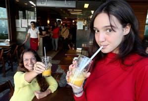 Brinde à sustentabilidade. Carmen e a filha Manuela com seus canudos reutilizáveis: em defesa do meio ambiente Foto: Guilherme Pinto