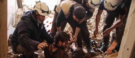 "Foto de arquivo mostra os ""capacetes brancos"" resgatando vítima de bombardeio do governo sírio Foto: MOHAMAD ABAZEED / AFP"