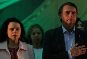 Janaína Paschoal ao lado de Jair Bolsonaro, que chora ao cantar o hino nacional na convenção do PSL Foto: RICARDO MORAES / REUTERS