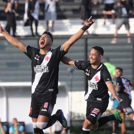 Com as mãos para o alto, Andrés Ríos comemora seu gol contra o Grêmio Foto: Guilherme Pinto / O Globo