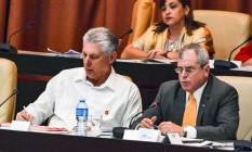 O presidente cubano Miguel Diaz-Canel, à esquerda, durante sessão da assembleia nacional que definiu texto de nova Constituição do país Foto: Jorge Beltran / AFP