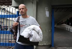 Deficiência. Márcio deixa o Souza Aguiar com a roupa de cama que familiares tiveram que levar para o hospital Foto: Pedro Teixeira