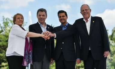 Michelle Bachelet (Chile), Juan Manuel Santos (Colômbia), Enrique Peña Nieto (México) e Pedro Pablo Kuczynski (Peru) na abertura da XII Cúpula da Aliança do Pacífico, em 2017 Foto: AFP