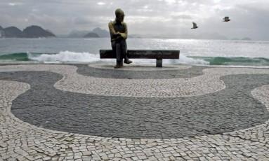 Estátua do poeta Carlos Drummond de Andrade no calçadão de Copacabana Foto: Custodio Coimbra / Agência O GLOBO