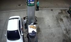 Momento em que o assaltante atira contra frentista Foto: Reprodução/ OTT/RJ