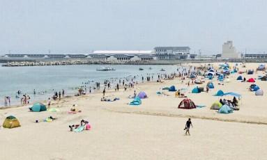 Com onda de calor, japoneses aproveitaram a reabertura de praias que estavam fechadas desde 2011 Foto: Twitter/@somakankokyokai