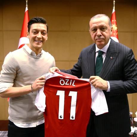 Özil posa com a camisa do Arsenal ao lado do presidente turco Recep Tayyip Erdogan Foto: HANDOUT / REUTERS