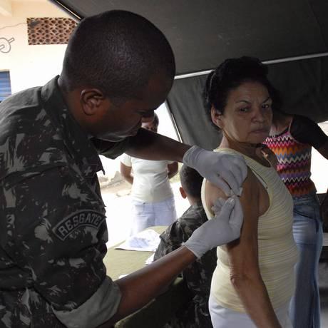 Enfermeiros e médicos do exército aplicam vacinas em moradores no bairro da Mangueira, no Rio de Janeiro. Foto: Agência O Globo