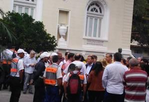 Agentes de trânsito aproveitaram a solenidade de inauguração com a presença do prefeito para reivindicar plano de cargos e salários Foto: Divulgação / Divulgação