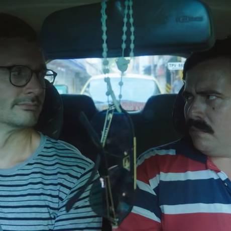 David Farrier e um taxista sósia de Pablo Escobar, num episódio de 'Turismo macabro', da Netflix Foto: Netflix / Reprodução
