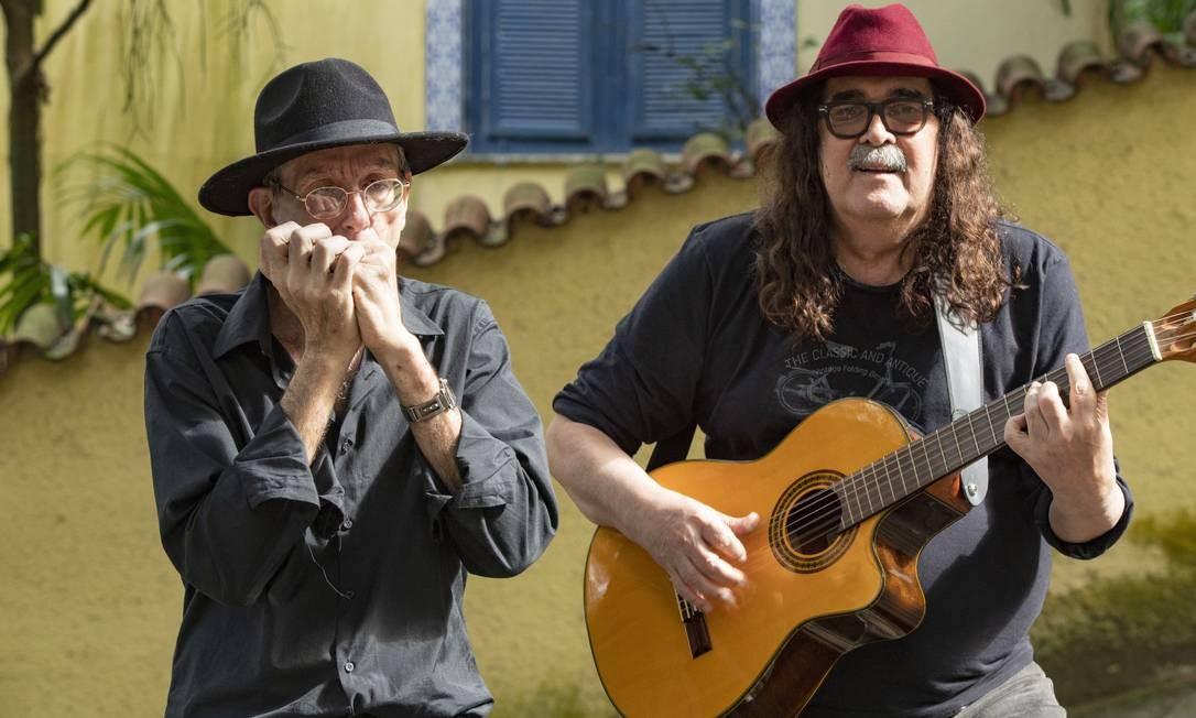 Moraes Moreira com o gaitista de rua Ivan Brzezinski, que participou da gravação do disco 'Ser tão' Foto: Ana Branco / Agência O Globo