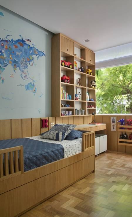 A colecionadora e arquiteta Bianca da Hora escolheu obras ecléticas e peças adquiridas em suas viagens pelo mundo para decorar seu apartamento recém-reformado, em Ipanema. No quarto das crianças, destaque para o mapa-múndi Foto: MCA Studio