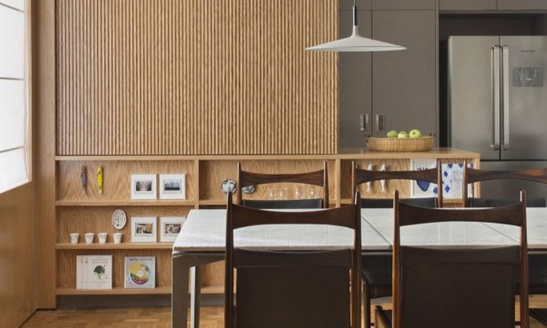Na sala de jantar, painéis separam a cozinha Foto: MCA Studio