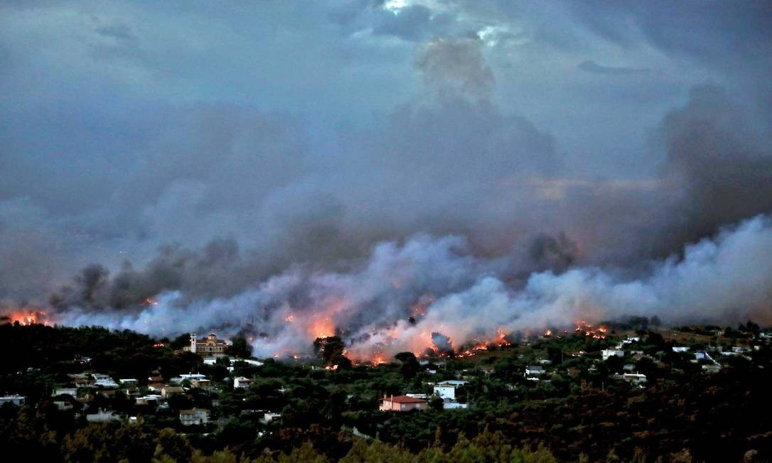 Incêndio florestal atinge a cidade de Rafina, perto de Atenas Foto: Alkis Konstantinidis / Reuters