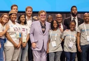 Príncipe Harry posa com Elton John e equipe em lançamento de campanha Foto: Divulgação/Palácio de Kensington