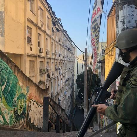 Soldado do Exército faz patrulha nas comunidades Cantagalo e Pavão Pavãozinho Foto: Reprodução